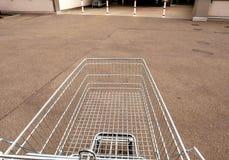 推挤超级市场汽车对超级市场入口 图库摄影