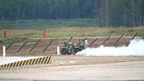 推挤陷进的军用耐震车或ATV的俄国特种部队士兵慢动作录影  股票录像