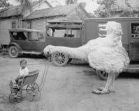 推挤婴儿推车的假驼鸟男孩(所有人被描述不更长生存,并且庄园不存在 供应商保单t 图库摄影