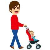 推挤婴儿推车的唯一父亲 免版税库存照片