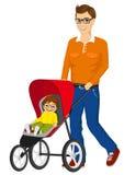 推挤婴儿推车的英俊的唯一父亲 库存照片