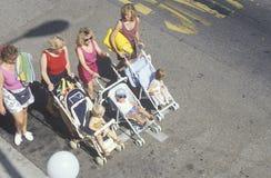 推挤婴儿推车, Ojai,加利福尼亚的妇女 库存照片