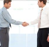 推断交易的二个合作伙伴通过握手 免版税图库摄影