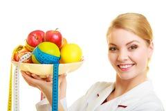 推荐医生的营养师健康食物。饮食。 免版税库存照片