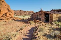 推菲尔泉,纳米比亚- 2014年6月017 :访客` s中心被建立在岩石外面在推菲尔泉岩石板刻 免版税库存图片