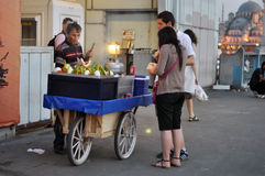 推车用在伊斯坦布尔街道上的食物  库存图片