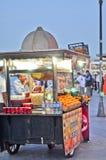 推车用在伊斯坦布尔街道上的食物  免版税库存图片