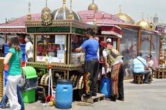 推车用在伊斯坦布尔街道上的食物  免版税库存照片