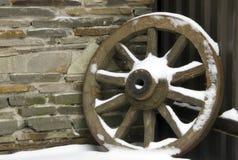 从推车的老轮子 图库摄影