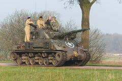 推进到格罗宁根,荷兰的M4谢尔曼坦克 库存照片