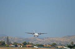 推进器装有引擎的平面着陆在阿利坎特机场 免版税图库摄影