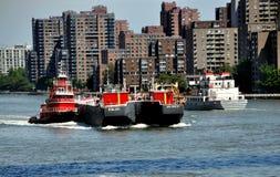 推进河拖轮的驳船东部nyc 免版税库存照片