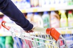 推进购物的购物车客户 免版税库存图片