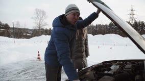 推进辅导员谈论一个开放汽车敞篷的引擎给相当坐在汽车的十几岁的女孩 影视素材