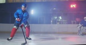 推进顽童,滑冰通过一个反对的防守队员和采取一记射门守门员防止的曲棍球 股票视频