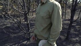 推迟他的帽子身分在被烧的森林af野火,生态浩劫灾害的绝望的人 影视素材