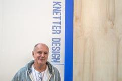推销员和设计师从Knetter Design Company访客VT Wonen &设计Beurs陈列的在Rai复合体阿姆斯特 库存照片