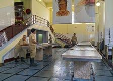 推销员在一个历史的鱼大厅里在马德拉海岛上的丰沙尔  图库摄影
