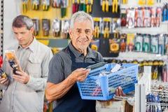 推销员在五金店的夹具篮子 免版税库存图片