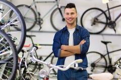 推销员在自行车商店 免版税库存照片