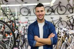 推销员在自行车商店 库存图片