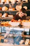 推销员在面包店 免版税库存图片