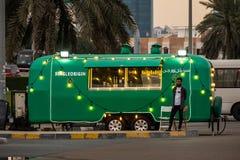推销员站立在葡萄酒食物卡车外面的,阿布扎比,阿拉伯联合酋长国 免版税库存照片