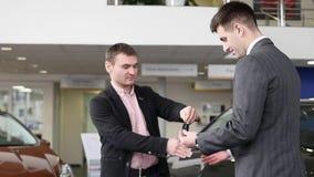 推销员给钥匙一名愉快的顾客在买的汽车以后成功的成交  股票视频