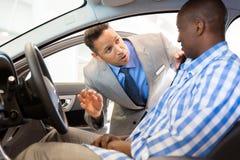 推销员解释的汽车顾客 库存图片