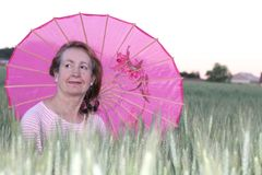 掩藏从与伞的太阳的夫人 库存图片