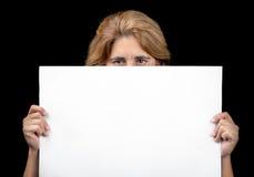 掩藏在与空间的一副白色横幅后的妇女文本的 库存照片
