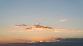掩藏在云彩后的落日 库存照片
