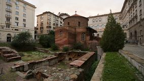 掩藏在大都会中多层的房子的小古老被毁坏的教会  股票录像