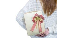 掩藏在她后的白色的妇女一件礼物在白色背景 库存照片