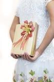 掩藏在她后的白色的妇女一件礼物  免版税库存图片