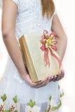 掩藏在她后的白色的妇女一件礼物  免版税库存照片