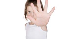 掩藏在她的手后的女孩 免版税库存图片