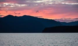 掩藏在山阴影中的紫色阴霾 库存图片