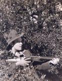 掩藏在灌木的猎人 免版税库存图片