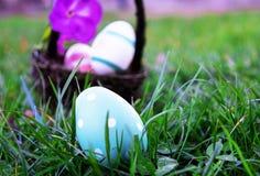 掩藏在草的复活节彩蛋,水平 免版税库存图片