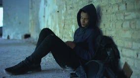 掩藏在被破坏的大厦的美国黑人的男孩,逃脱从不正常的家庭 股票视频