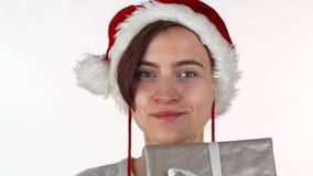 掩藏她的在一个当前箱子后的可爱的圣诞节妇女面孔 股票视频
