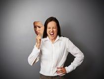 掩藏她的愤怒的女实业家 免版税库存图片
