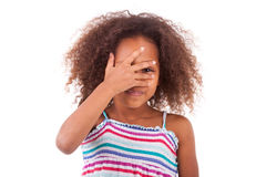 掩藏她的眼睛-黑人的逗人喜爱的年轻非裔美国人的女孩 免版税图库摄影