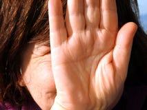掩藏她的面孔用她的手的女孩 免版税库存照片