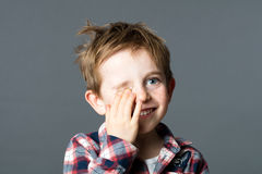 掩藏欢悦捉迷藏的微笑的幼儿一只眼睛 库存照片