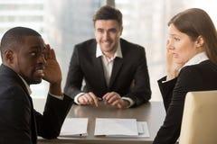 掩藏面孔的多种族雇主,谈论求职者, ba 免版税库存图片