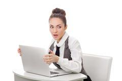 掩藏什么的妇女做在膝上型计算机的她 免版税库存照片