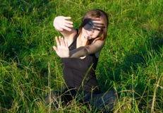 掩藏从太阳的女孩 免版税库存图片