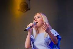措尼亚Matvienko,乌克兰歌手情感地唱歌,画象在生活音乐会在Pobuzke,乌克兰, 15 07 2017年,社论照片 图库摄影